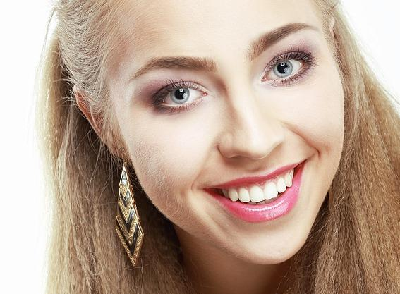 Усмихнато момиче с искрящо бели зъби